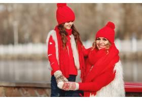 带着冬帽的母亲和孩子在家庭圣诞假期为妈_10884578