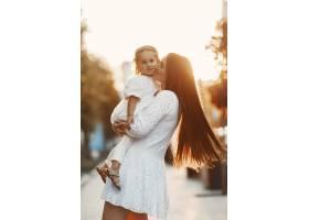 母亲和屠夫一起玩耍穿着白色连衣裙的女人_11155015
