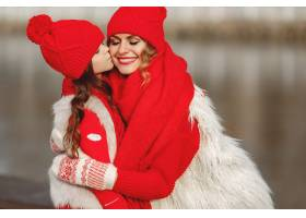 带着冬帽的母亲和孩子在家庭圣诞假期为妈_10884592