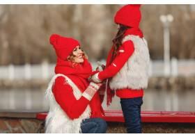 带着冬帽的母亲和孩子在家庭圣诞假期为妈_10884631