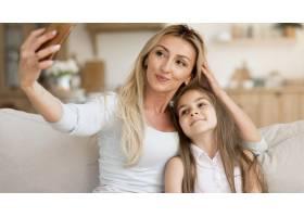 母亲在家与女儿自拍_10604672