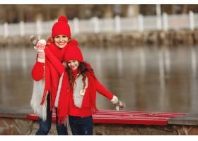 带着冬帽的母亲和孩子在家庭圣诞假期为妈_10884653