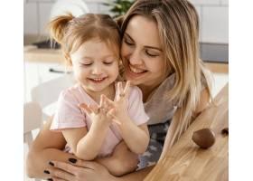 母亲在家中与女儿共度时光_12658801