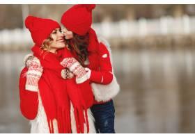 带着冬帽的母亲和孩子在家庭圣诞假期为妈_10884724
