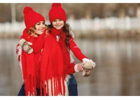 带着冬帽的母亲和孩子在家庭圣诞假期为妈_10884737