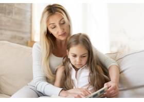 母亲在家给女儿读书_10604679