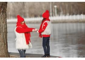 带着冬帽的母亲和孩子在家庭圣诞假期为妈_10884788