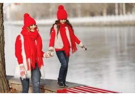 带着冬帽的母亲和孩子在家庭圣诞假期为妈_10884800