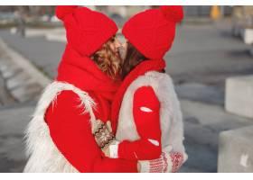 带着冬帽的母亲和孩子在家庭圣诞假期为妈_10884979