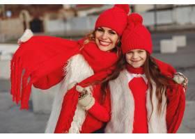 带着冬帽的母亲和孩子在家庭圣诞假期为妈_10884994