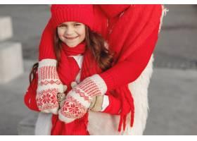 带着冬帽的母亲和孩子在家庭圣诞假期为妈_10885037