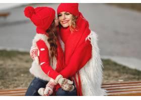 带着冬帽的母亲和孩子在家庭圣诞假期为妈_10885098