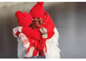 带着冬帽的母亲和孩子在家庭圣诞假期为妈_10885147