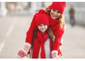 带着冬帽的母亲和孩子在家庭圣诞假期为妈_10885291