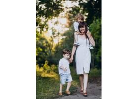 母亲带着两个儿子在公园里_10298767