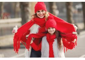 带着冬帽的母亲和孩子在家庭圣诞假期为妈_10885305