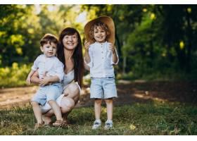 母亲带着两个儿子在公园里玩耍_10298754