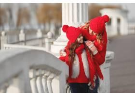 带着冬帽的母亲和孩子在家庭圣诞假期为妈_10885325