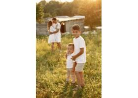 带着可爱小孩的一家人父亲穿着白色T恤_10884435