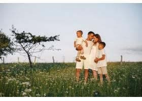 带着可爱小孩的一家人父亲穿着白色T恤_10884446