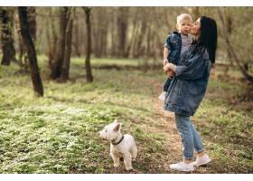 母亲带着儿子和狗_2527785