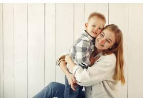母亲带着儿子在家准备复活节_7398091