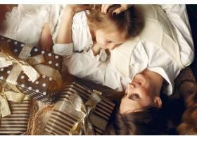 母亲带着可爱的女儿在家中靠近壁炉的地方_11243624