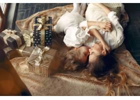 母亲带着可爱的女儿在家中靠近壁炉的地方_11243627
