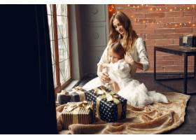 母亲带着可爱的女儿在家中靠近窗户的地方_11243610