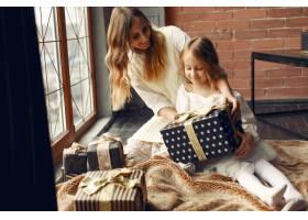 母亲带着可爱的女儿在家中靠近窗户的地方_11243613