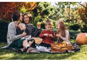 母亲带着四个孩子在后院野餐_5852288