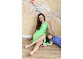 母亲带着女儿在地板上摆姿势_10446434