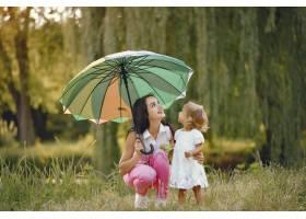 母亲带着女儿在夏季公园玩耍_5710974