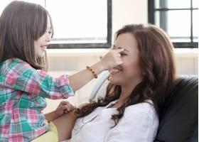 母亲带着女儿坐在沙发上_10446273