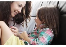 母亲带着女儿玩耍_10446296