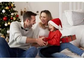 圣诞节与家人在一起的快乐女孩_11725865