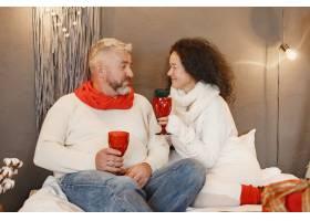 年龄和人口观家里的高年级夫妇穿着白色_11756934
