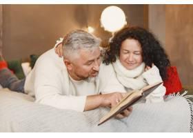 年龄和人口观家里的高年级夫妇穿着白色_11756948