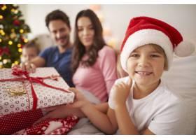圣诞节快乐男孩和家人在一起_11728023