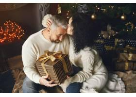 年龄和人口观背景灯上有礼品盒的高年级夫_10703410