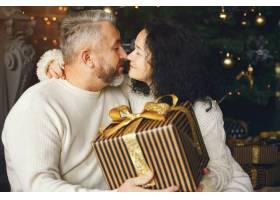 年龄和人口观背景灯上有礼品盒的高年级夫_10703411