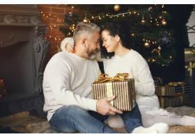 年龄和人口观背景灯上有礼品盒的高年级夫_10703412