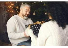 年龄和人口观背景灯上有礼品盒的高年级夫_10703413