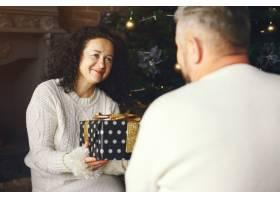 年龄和人口观背景灯上有礼品盒的高年级夫_10703415