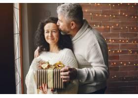 年龄和人口观背景灯上有礼品盒的高年级夫_10703429