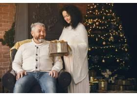 年龄和人口观背景灯上有礼品盒的高年级夫_10703432