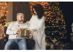 年龄和人口观背景灯上有礼品盒的高年级夫_10703433