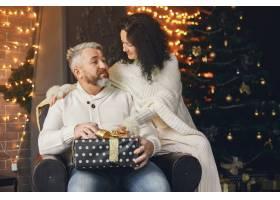 年龄和人口观背景灯上有礼品盒的高年级夫_10703440