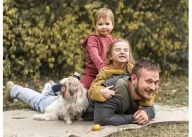 幸福的一家人带着可爱的小狗在户外_11103606
