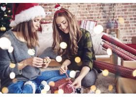 圣诞节期间准备礼品盒的妇女_11777066